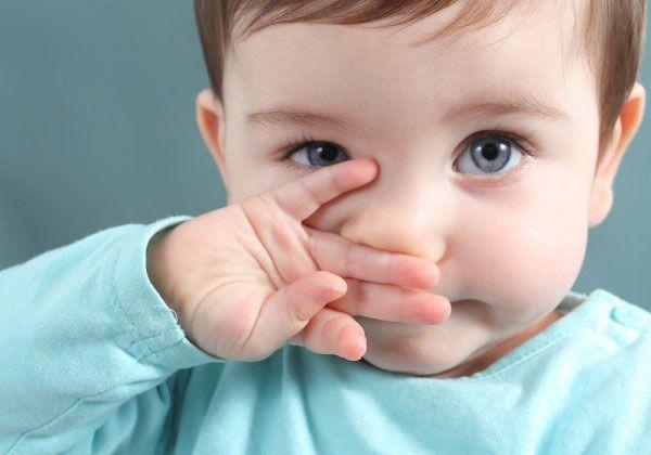 nhỏ sữa mẹ vào mắt trẻ sơ sinh