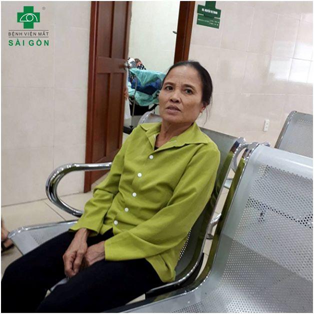 Bà Phạm Thị Nhung trong lần tái khám sau phẫu thuật thay thủy tinh thể