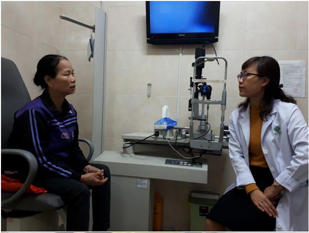 Bà Nguyễn Thị Tại đang trao đổi với BS Hà về tình trạng mắt của mình
