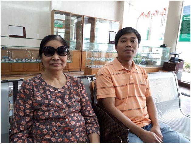 Bà Nguyễn Thị Thái và con trai trong lần tái khám sau phẫu thuật