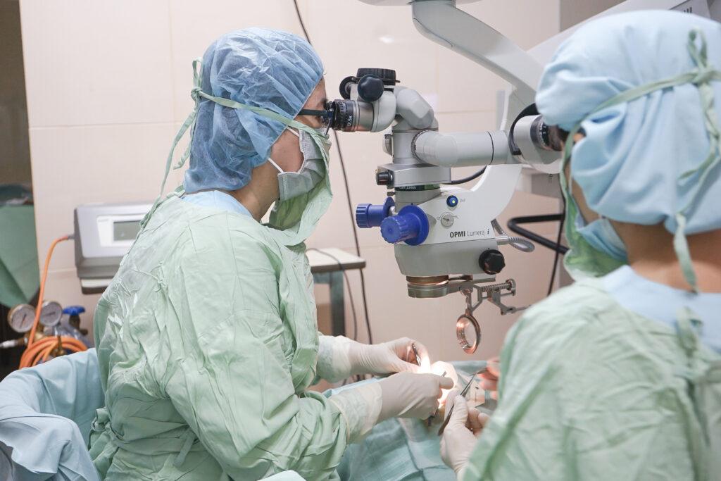 Chuyên gia võng mạc dịch kính thực hiện ca phẫu thuật đầu tiên tại Bệnh viện Đa khoa Mắt Sài Gòn với Hệ thống phẫu thuật nhãn khoa hiện đại CONSTELLATION
