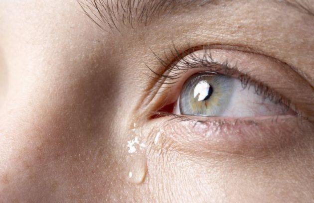 Chảy nước mắt sống: Triệu chứng và cách khắc phục