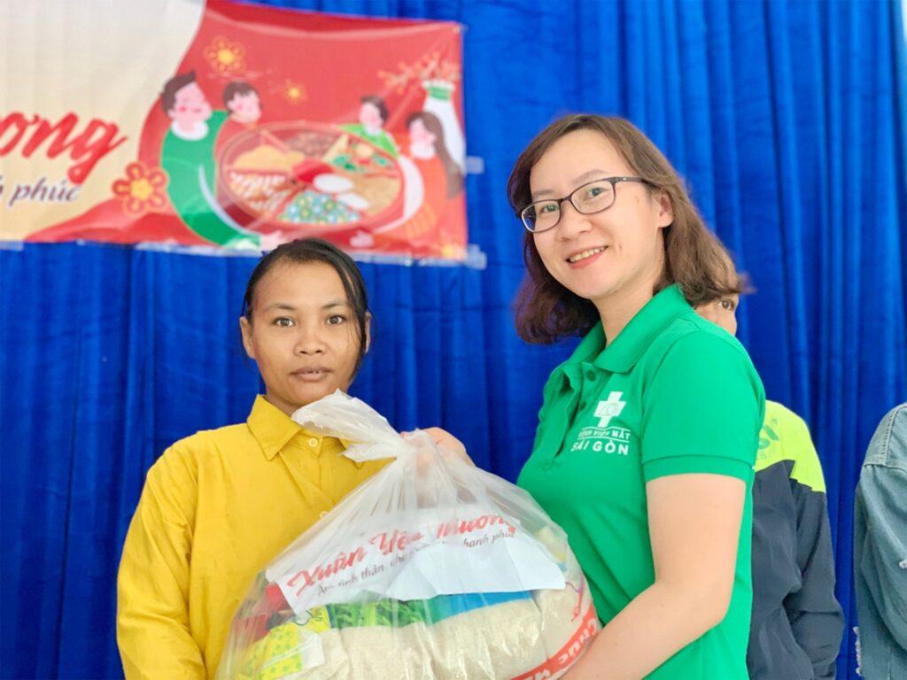 Bệnh viện Mắt Sài Gòn Nha Trang mang Xuân yêu thương đến bà con nghèo xã Khánh Thành