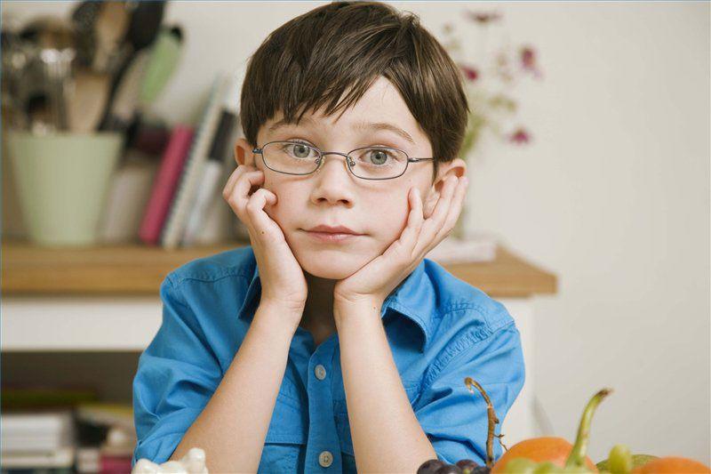 Cha mẹ cần làm gì để giảm nguy cơ mắc tật khúc xạ ở trẻ