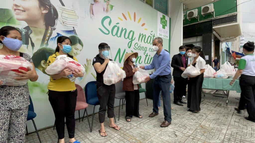 Quỹ từ thiện VietLife và mạnh thường quân trao tặng nhu yếu phẩm hỗ trợ cho hộ nghèo phường 13 quận 10